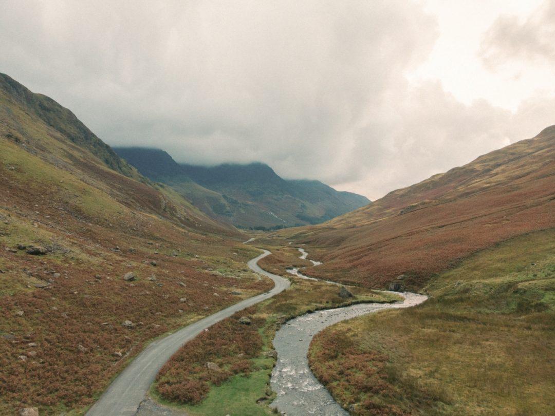 水と緑の爽やかな情景が楽しめるイギリス湖水地方が舞台の新作映画【梅雨の日本からワープできる2作品紹介】