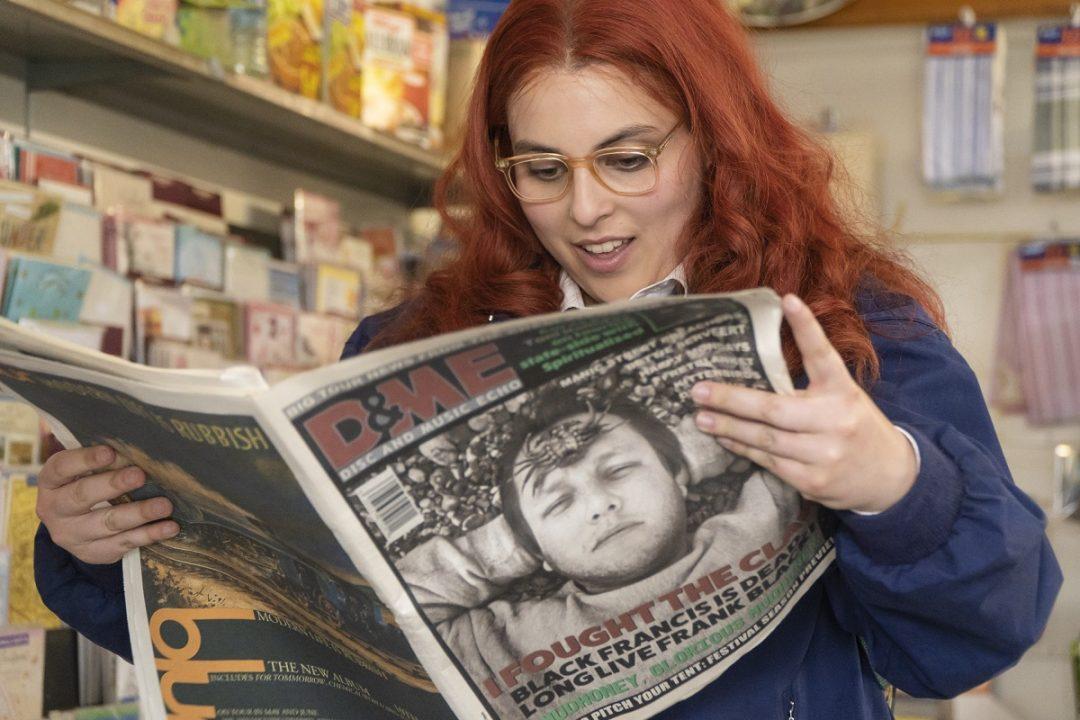 イギリス人作家 / コラムニストのキャトリン・モランの半自伝的小説が映画化『ビルド・ア・ガール』特別予告映像&新場面写真が公開